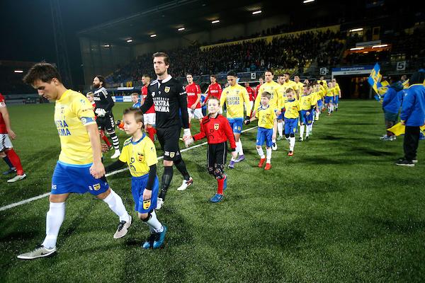 LEEUWARDEN , voetbal , 03-02-2017 , seizoen 2016 - 2017 , Jupiler League , Cambuur Stadion , SC Cambuur - Helmond Sport , line up , opkomst spelers , mascotte  foto: Henk Jan Dijks